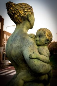 art-statue-child-mother